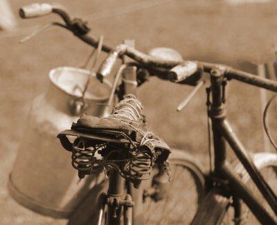 Fototapet gammal cykel av förra århundradet används för att transportera mjölken genom mi