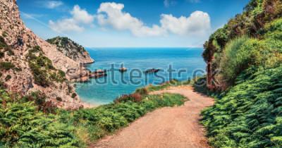 Fototapet Gammal väg till Agia Eleni Beach. Färgglada morgonzeascape av Medelhavet. Ljus utomhus scen på Kefalonia ön, Grekland, Europa. Resa på Joniska öarna.