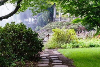 Fototapet Ganska väg i den vackra sommarträdgård