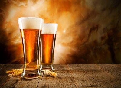 Fototapet Glas öl på träbord