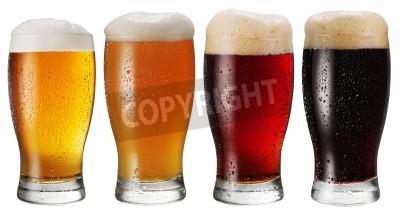 Fototapet Glas öl på vit bakgrund.