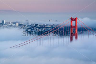 Fototapet Golden Gate vid gryningen omgiven av dimma