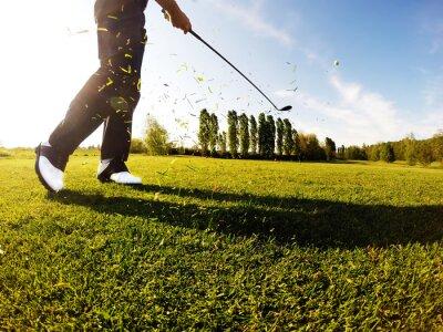 Fototapet Golfare utför en golf skott från fairway.