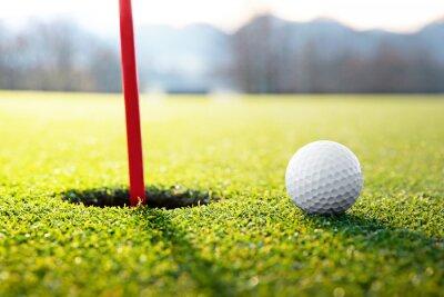 Fototapet golfboll nära hålet