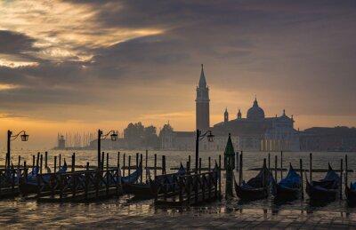 Fototapet Gondoler från Markus torg under soluppgången med San Giorgio di Maggiore-kyrkan i bakgrunden i Venedig Italien