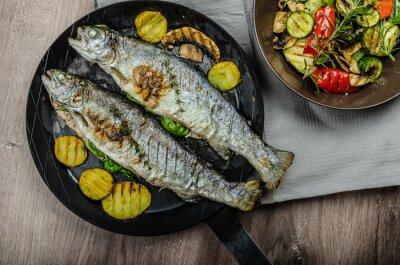 Fototapet Grillad öring med Medelhavsområdet grönsaker