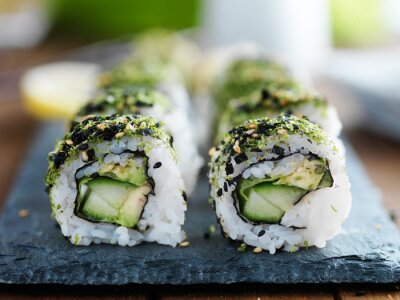 Fototapet grönkål, avokado och gurka sushi