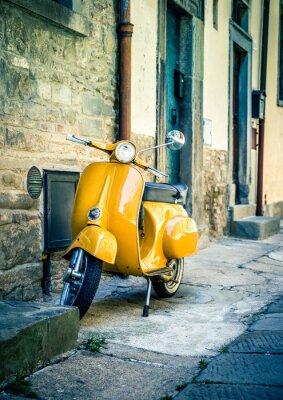 Fototapet Gul scooter i toskanska Cortona stad
