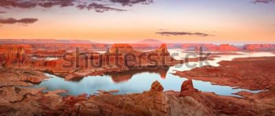 Fototapet Guld- solnedgång på sjön Powell, Utah, USA.