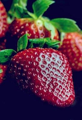 Fototapet Hälften av jordgubbar isolerad på svart bakgrund
