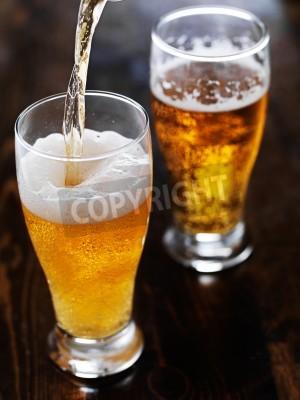 Fototapet hälla öl i en hög mugg skiffer bord