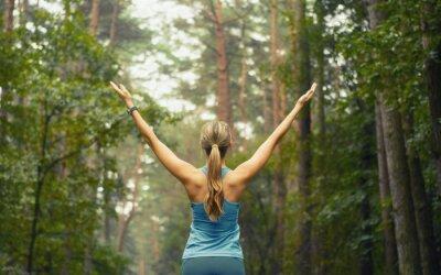 Fototapet hälsosam livsstil fitness sportig kvinna tidigt skogsområde