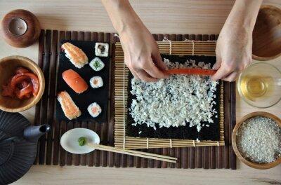 Fototapet händer matlagning sushi