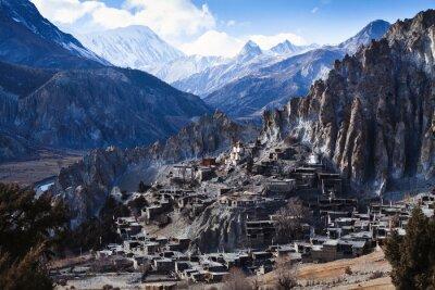 Fototapet Himalaya berg i Nepal, utsikt över liten by Braga på Annapurna krets