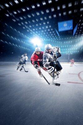 Fototapet Hockeyspelare skjuter pucken och attacker