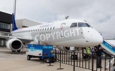Fototapet Istanbul, Turkiet - SEPTEMBER 27, 2014: Borajet Embraer E190 i Istanbul Airshow som hölls i Ataturk Airport