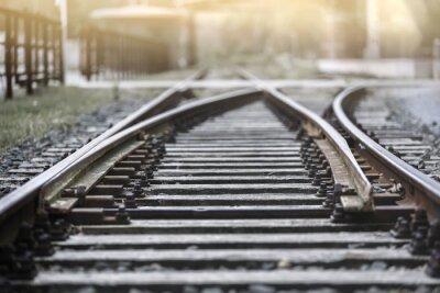 Fototapet Järnvägen i den nedgående solen med stopp