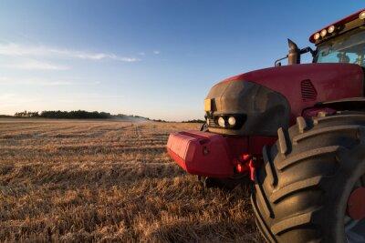 Fototapet Jordbruk traktor på en stubbåker