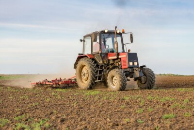 Fototapet Jordbrukare som odlar åkermark innan sådd