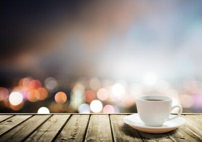 Fototapet kaffe på bordet i natten staden