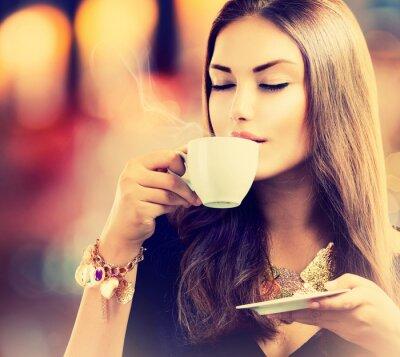 Fototapet Kaffe. Vacker flicka dricker te eller kaffe
