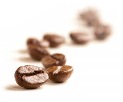 Fototapet Kaffebönor rita en sicksacklinje isolerad på vitt.