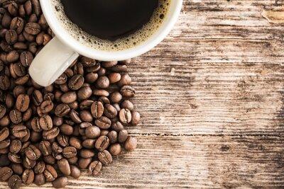 Fototapet Kaffekopp och bönor på ett träbord