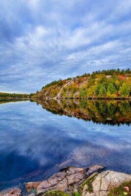 Fototapet Kanada, oktober, Ontario, höst, blå, hytt, moln, färg, cottege, falla, grön, ö, lake, landskap, lämnar, natur, orange, rött, säsong, träd, vatten, gul, bevarande, geologi, sten, jord