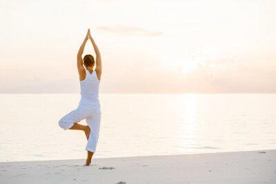 Fototapet Kaukasisk kvinna yoga på stranden