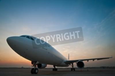 Fototapet Kommersiella flygplan på flygplatsen