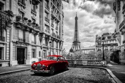 Fototapet Konstnärliga Paris, Frankrike. Eiffeltornet sett från gatan med röd retro limousine bil.