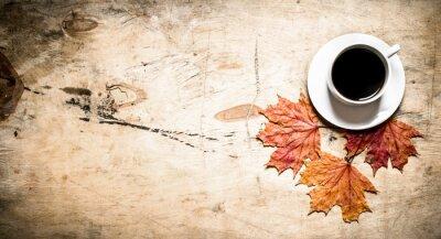 Fototapet Kopp kaffe med höstlöv.