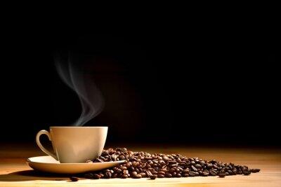 Fototapet Kopp kaffe med rök och kaffebönor på gammalt trä bakgrund