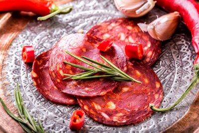Fototapet Korv Chorizo. Spanska traditionell chorizokorv, med färska örter, vitlök, peppar och chilipeppar. Traditionell mat.