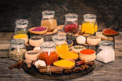Fototapet Kryddor och örter på träbord