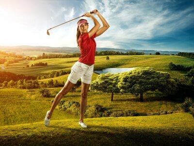 Fototapet Kvinna golfare att slå bollen på vackra landskap