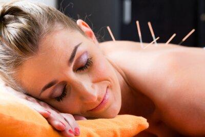 Fototapet Kvinna med akupunkturnålar på baksidan
