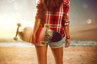 Fototapet Kvinna med longboard på stranden