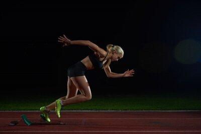 Fototapet kvinna sprinter lämnar startgroparna