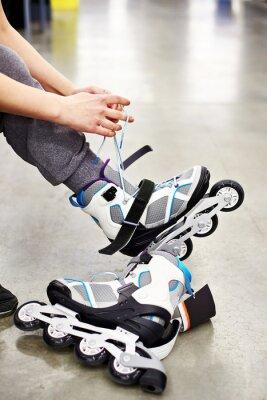 Fototapet Kvinnan bär rullskridskor i sportbutik