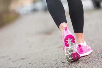Fototapet Kvinnliga Runner Skor närbild på vägen, inställningen stad.