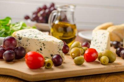 Fototapet Läcker ädelost med oliver, druvor och sallad