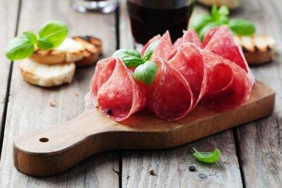 Fototapet Läcker salami med basilika och vin