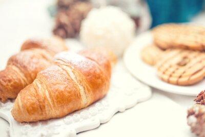 Fototapet Läckra och välsmakande färska croissanter som frukost måltid
