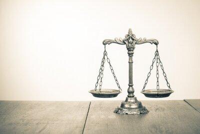 Fototapet Lagen skalor på bordet. Symbol för rättvisa. sepiafoto