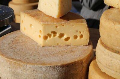 Fototapet lagrad ost med hål för försäljning på marknaden