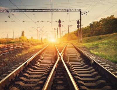 Fototapet Last tåg plattform vid solnedgången. Järnvägen i Ukraina. järnvägs sta