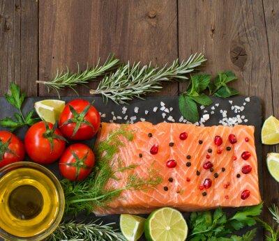 Fototapet Lax med grönsaker, olivolja och örter