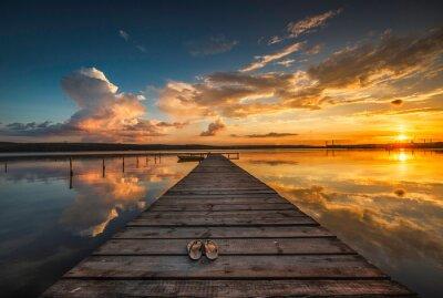 Fototapet Liten brygga och båt vid sjön