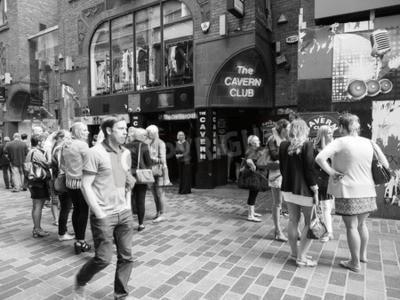 Fototapet LIVERPOOL, UK - CIRCA JUNI 2016: Cavern Club nattklubb vid 10 Mathew Street där Beatles spelade i svart och vitt